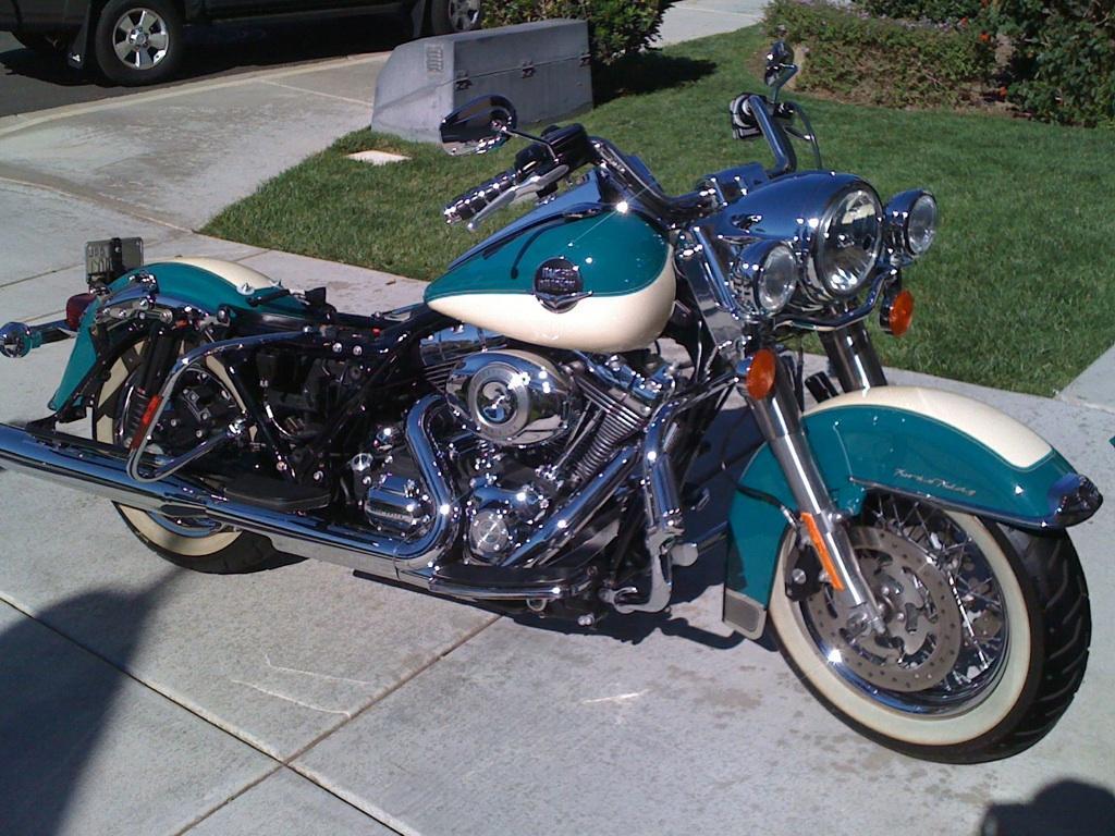 blue-harley-davidson-motorcycle-detail