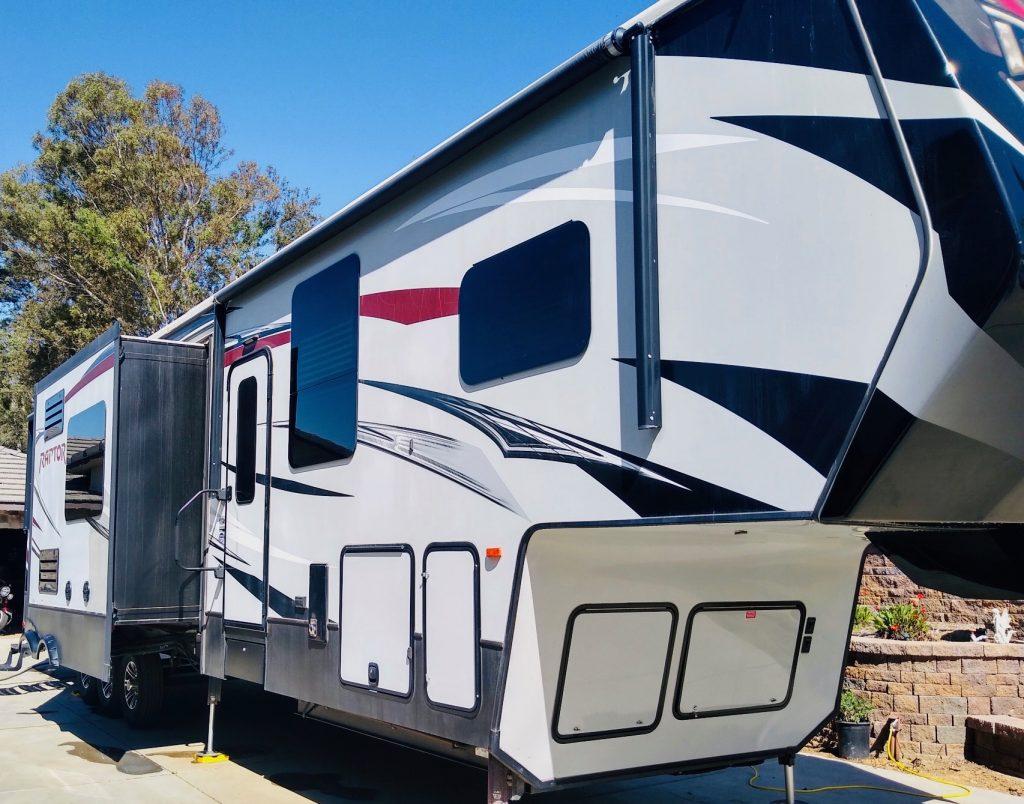 mobile-camper-exterior-detail